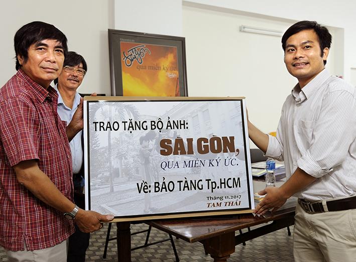 """Nghệ sĩ Nhiếp ảnh Tam Thái trao tặng bộ ảnh """"Sài Gòn, qua miền ký ức"""" về Bảo tàng Tp. Hồ Chí Minh."""